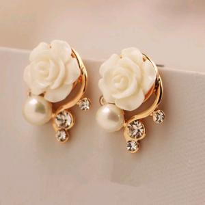 Boucle d'oreille fleur blanche